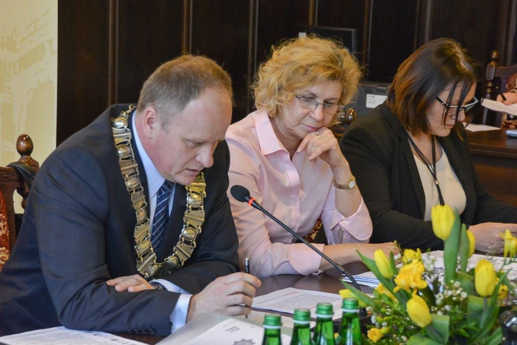Jarosław Kowalski, wiceprzewodnicząca Rady Miasta Renata Fredyk i wiceprezydent Bolesławca Iwona Mandżuk-Dudek