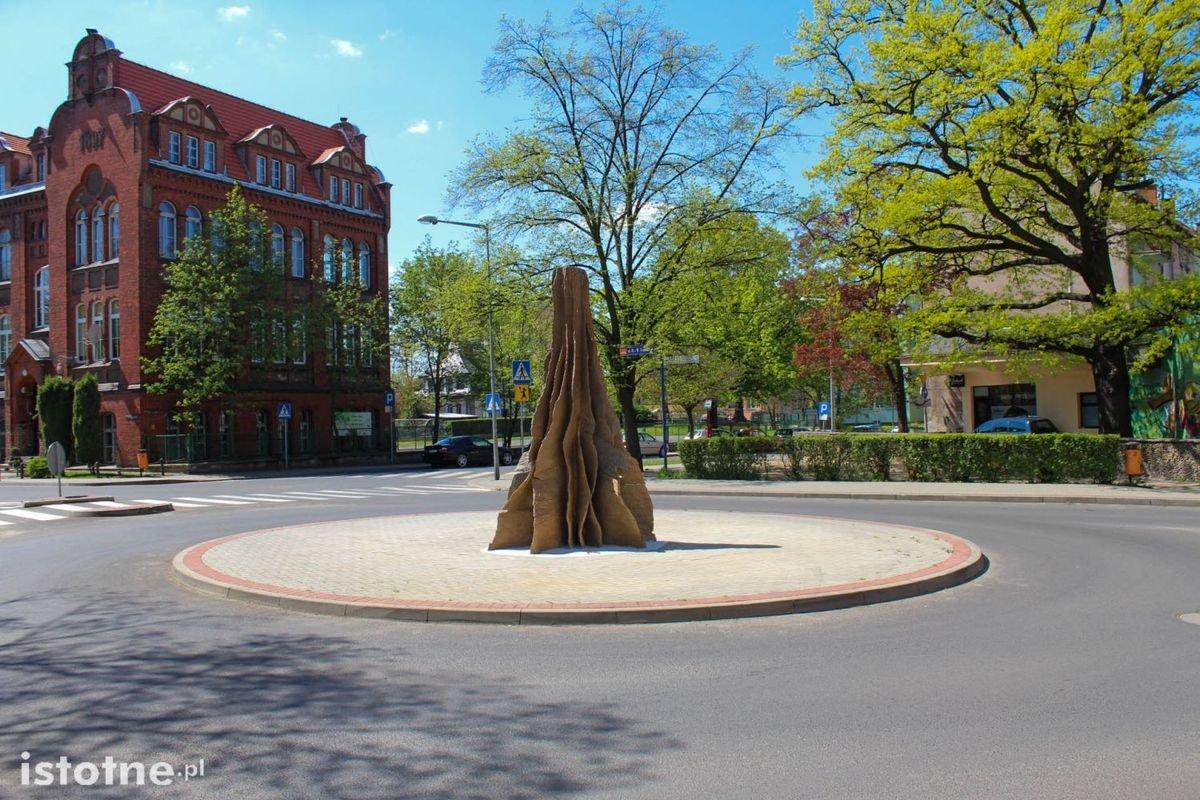 Rzeźba na rondzie przy I LO