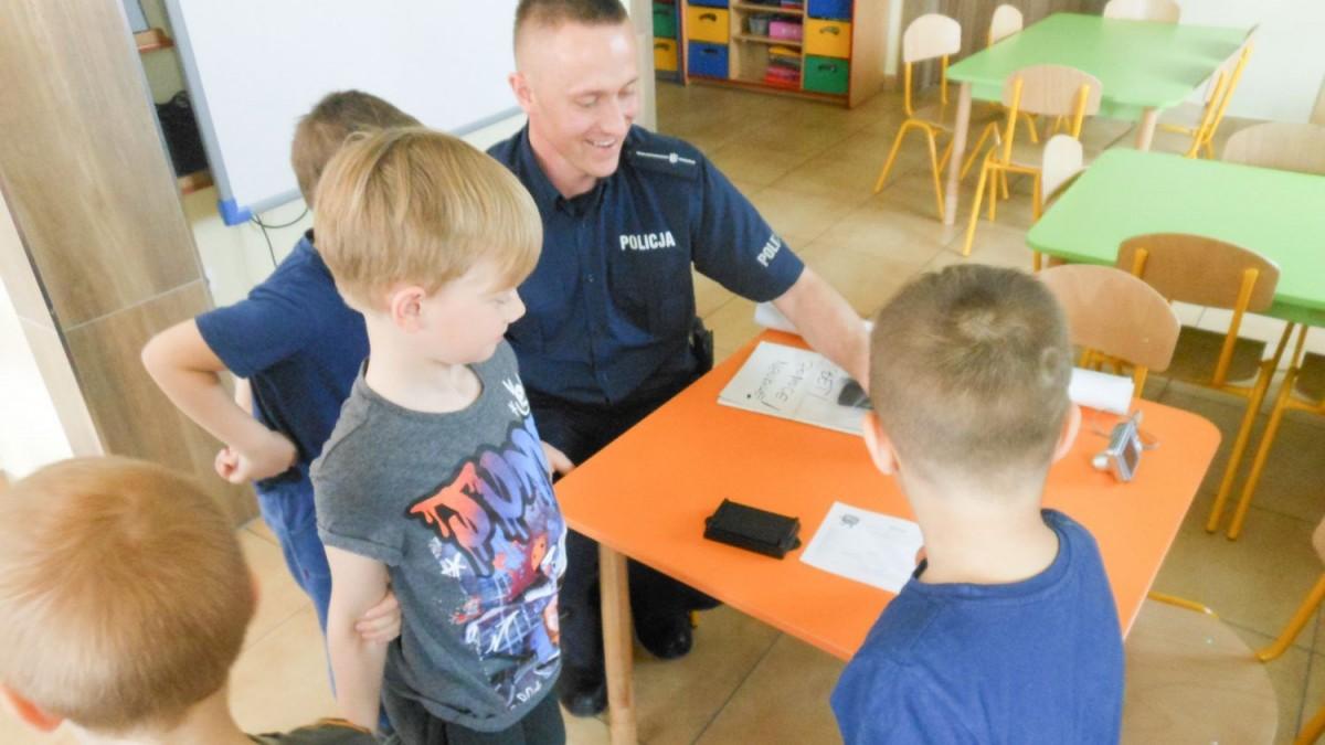 Dzielnicowy z Komisarzem Lwem u przedszkolaków w Tomaszowie