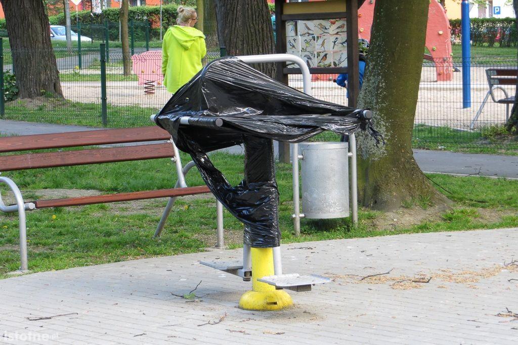 Niedziałające sprzęty w parku miejskim przy Tyrankiewiczów