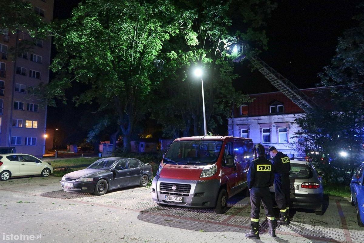 Strażacy w nocy obcinali pozostałe konary drzewa