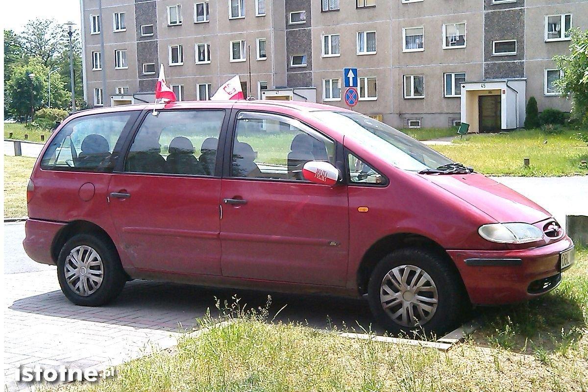 Samochód udekorowany barwami narodowymi