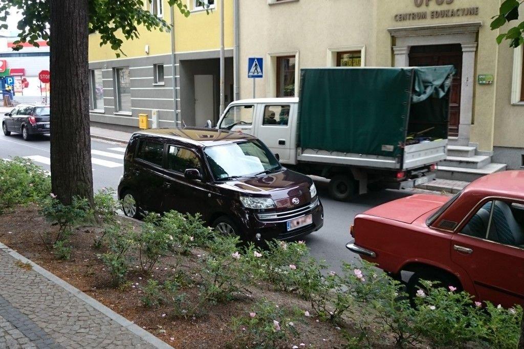 Giganci parkowania powodują paraliż komunikacyjny