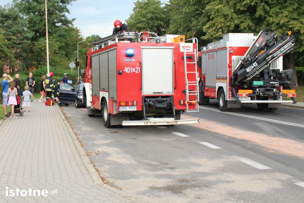 Wypadek koło policji, sprawczyni uciekła z miejsca zdarzenia