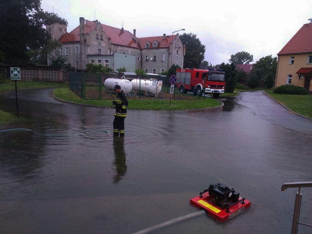 Podtopienia w Kraśniku Dolnym. Strażacy z Trzebienia w akcji