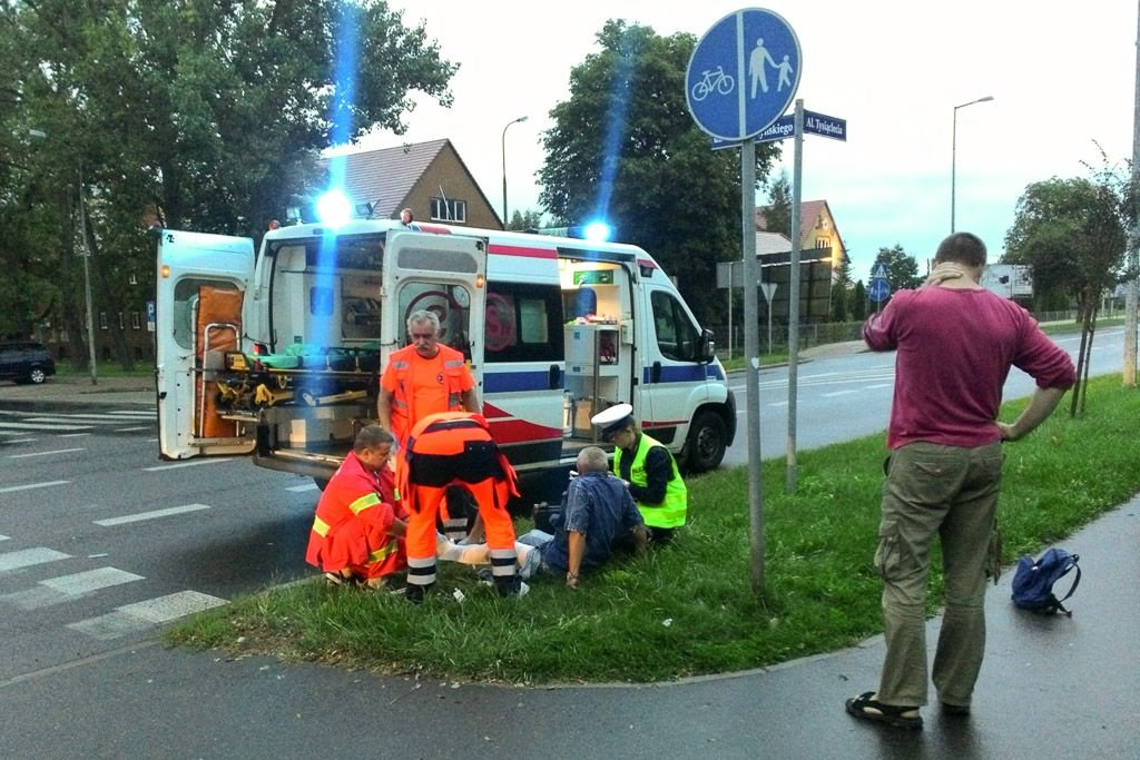Ratownicy udzielają pomocy poszkodowanemu mężczyźnie