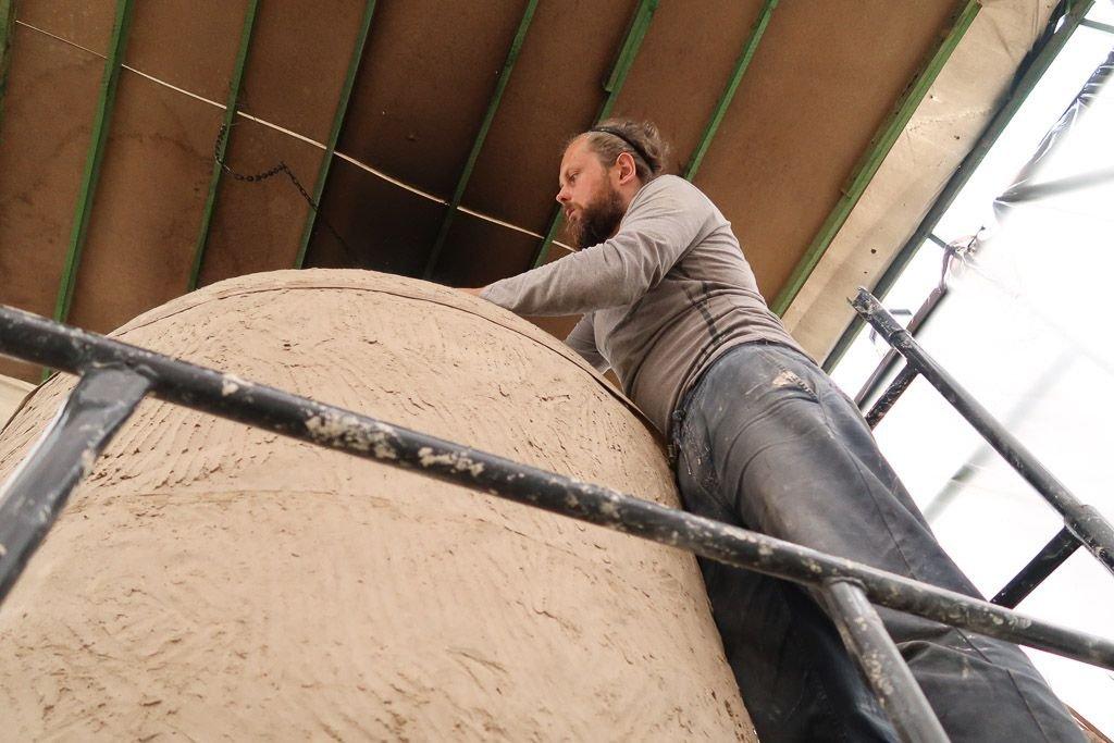 Mateusz Grobelny w trakcie budowy największego pieca w Polsce