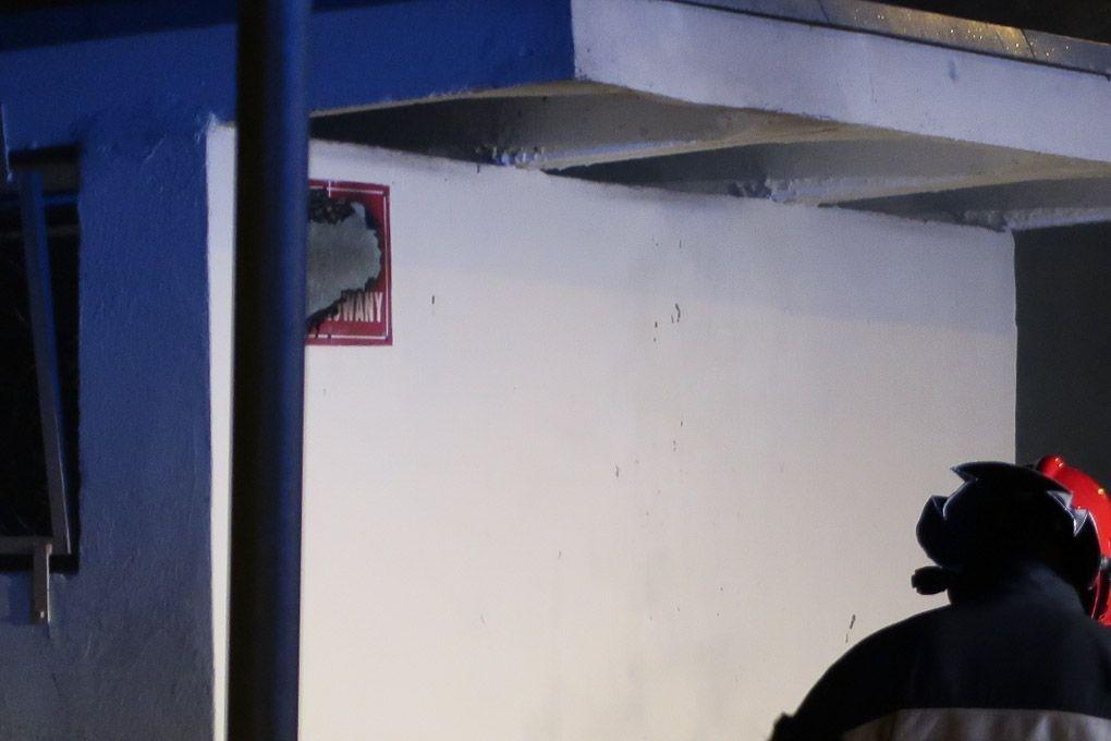 W lewym górnym rogu zdjęcia widać spaloną tablicę informującą o monitoringu