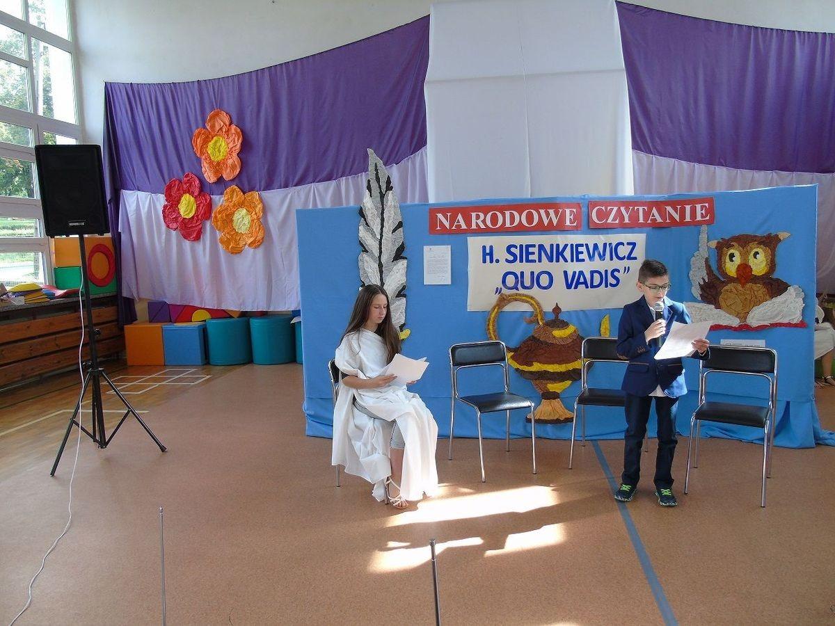 Dzieci w szkole w Ocicach podczas narodowego czytania Quo vadis
