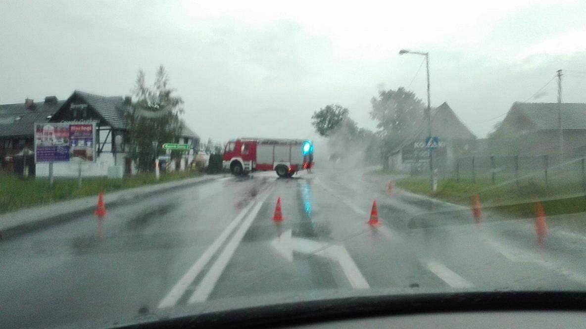 Zamknięta droga i ewakuacja mieszkańców w Kruszynie