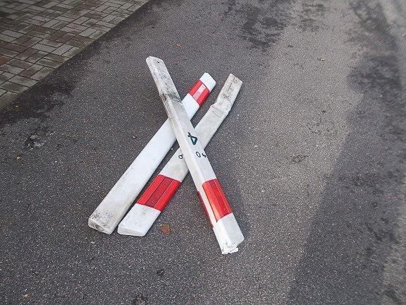Wandale wyrywali słupki drogowe