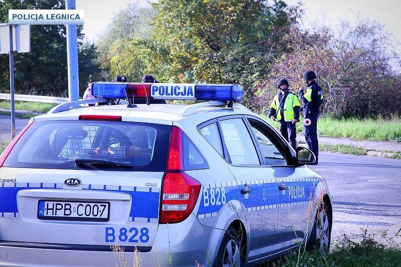Policjanci, broń maszynowa i blokada drogi. Cel: zatrzymać zabójcę