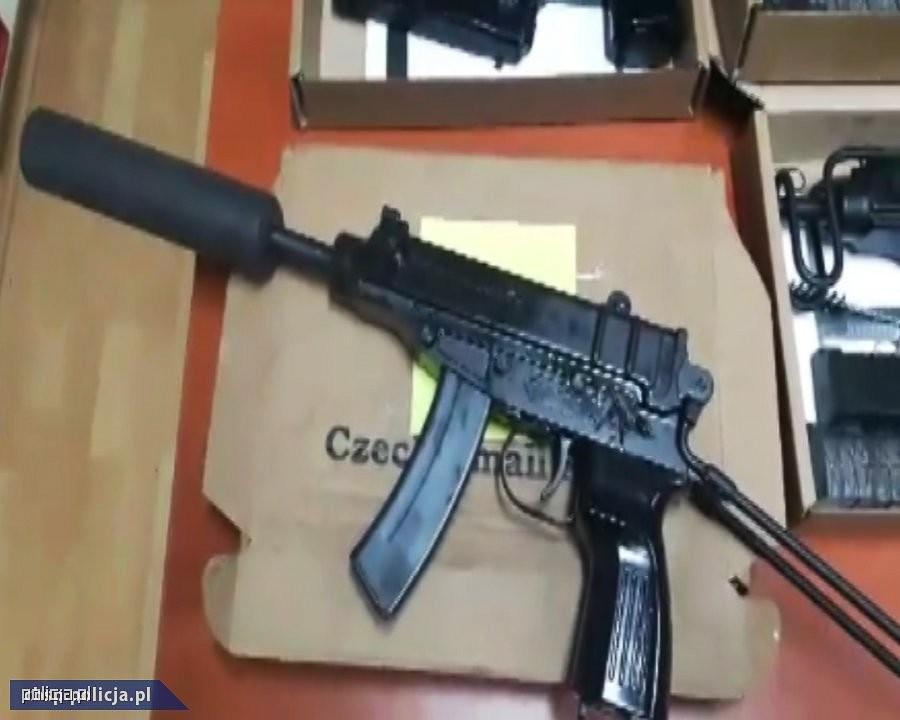 CBŚP zlikwidowało arsenał i zabezpieczyło 36 jednostek broni. 7 osób zatrzymanych