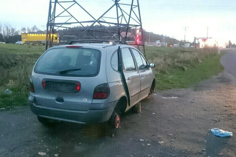 Porzucony Renault między Bolesławcem a Kruszynem