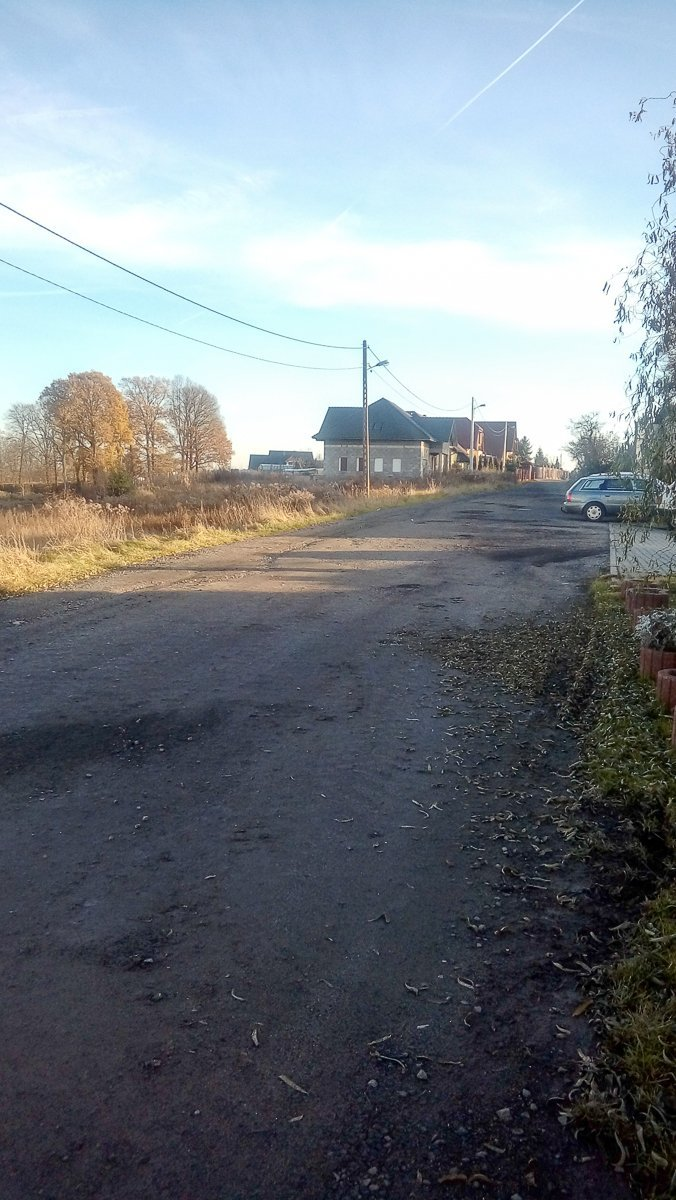 Zniszczona droga przy ul. Widok. – My nie mieszkamy w jakichś slamsach – żalą się mieszkańcy