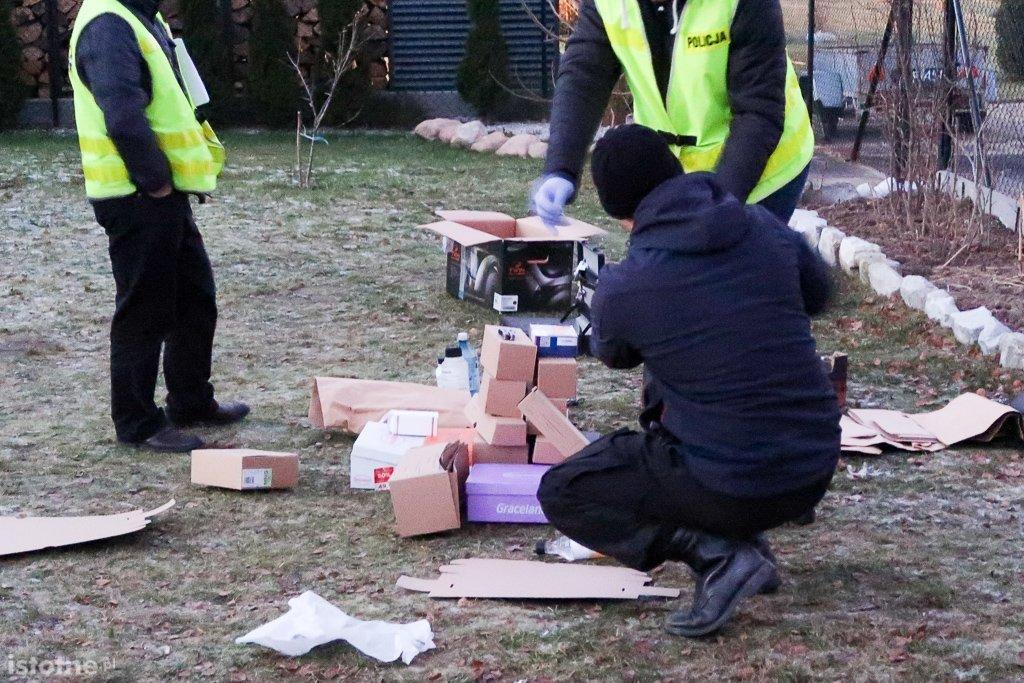 Policjanci zabezpieczający substancje do produkcji materiałów wybuchowych