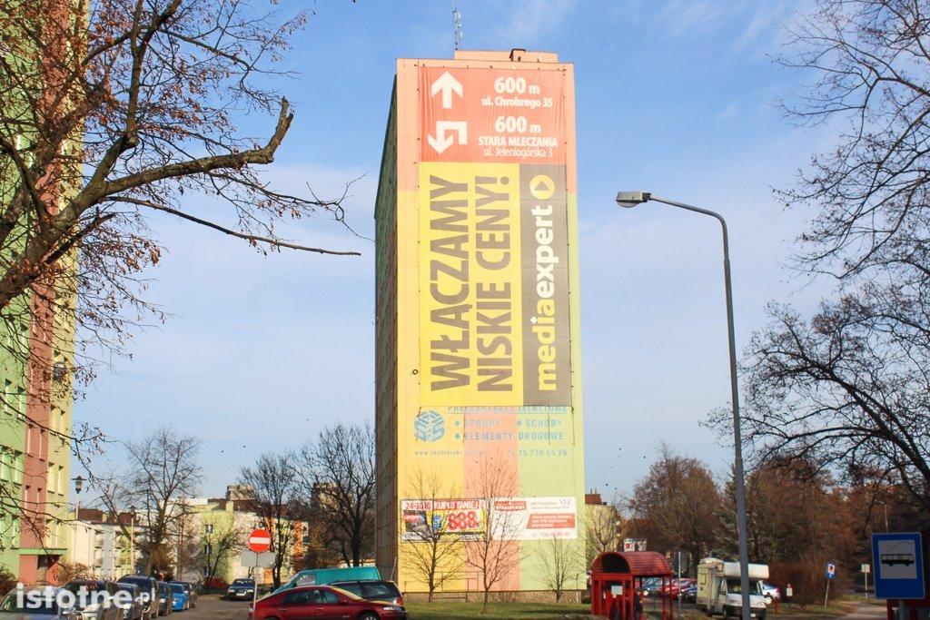 Blok z reklamą Media Expert przy ulicy Zygmunta Augusta