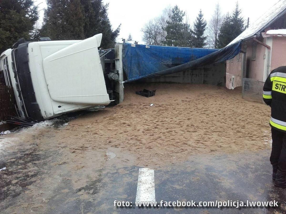 Wypadek w Pławnej: wywróciła się ciężarówka z piaskiem. Będą utrudnienia