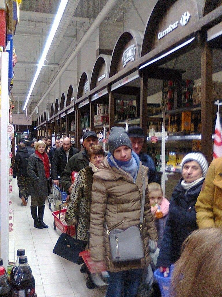 Kolejka w sklepie Carrefour na ponad 70 osób