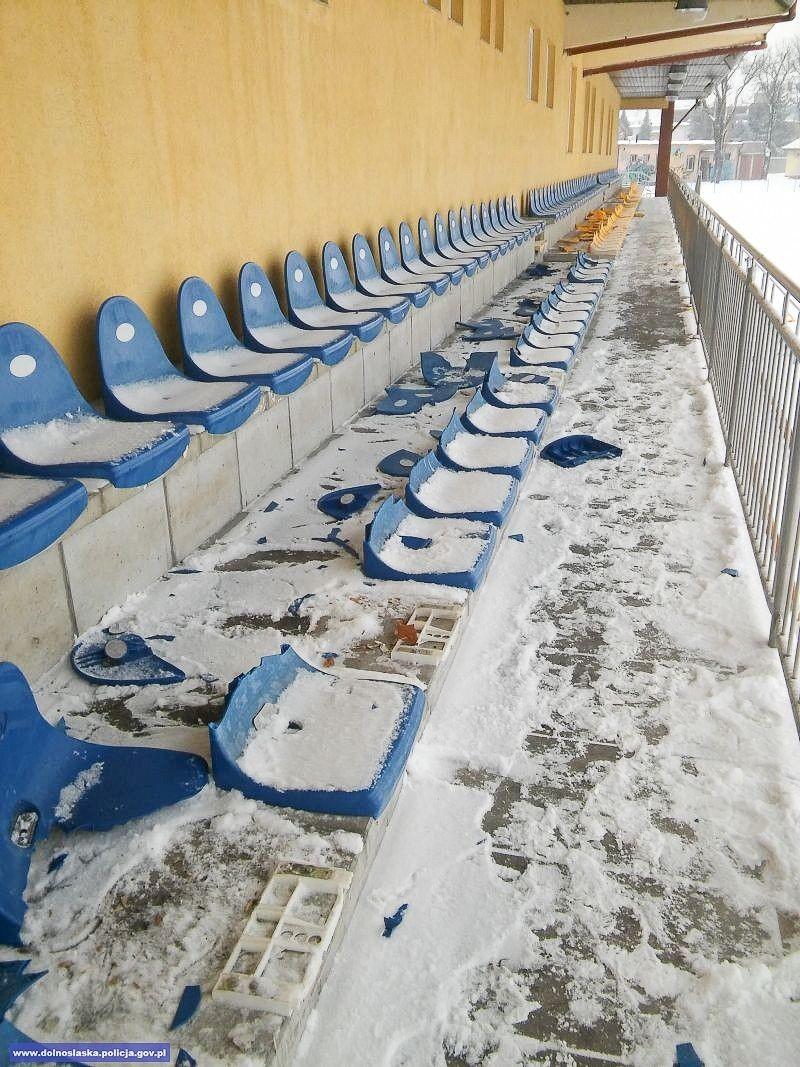 Po pijanemu zniszczyli 65 krzesełek w obiekcie sportowym i auto dostawcze. Mają... 16–17 lat