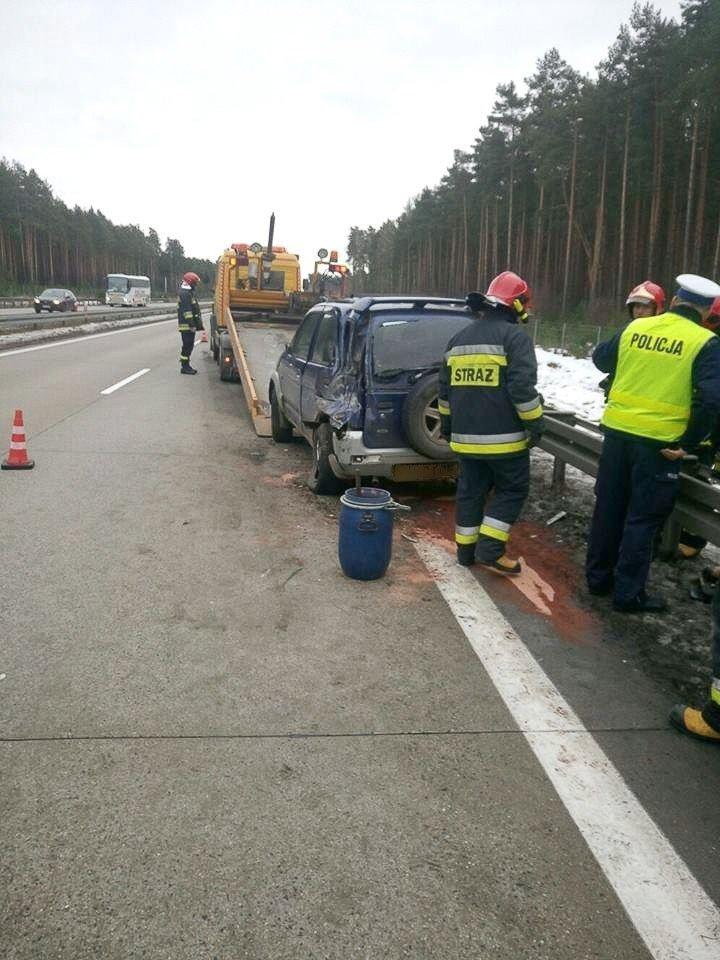 Kolizja na A18: ciężarówka najechała na tył osobówki