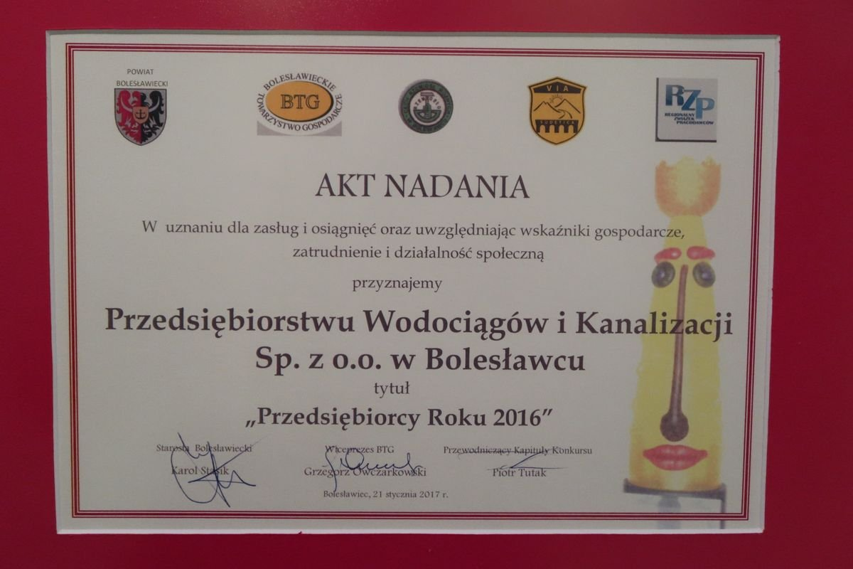 Akt nadania tytułu Przedsiębiorca Roku 2016 dla PWiK w Bolesławcu