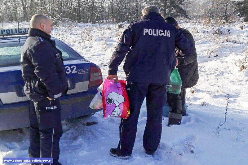 Policjanci pomogli bezdomnemu, który nie chciał do schroniska