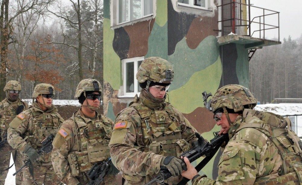 Amerykańscy żołnierze z batalionu inżynieryjnego ćwiczą na strzelnicy