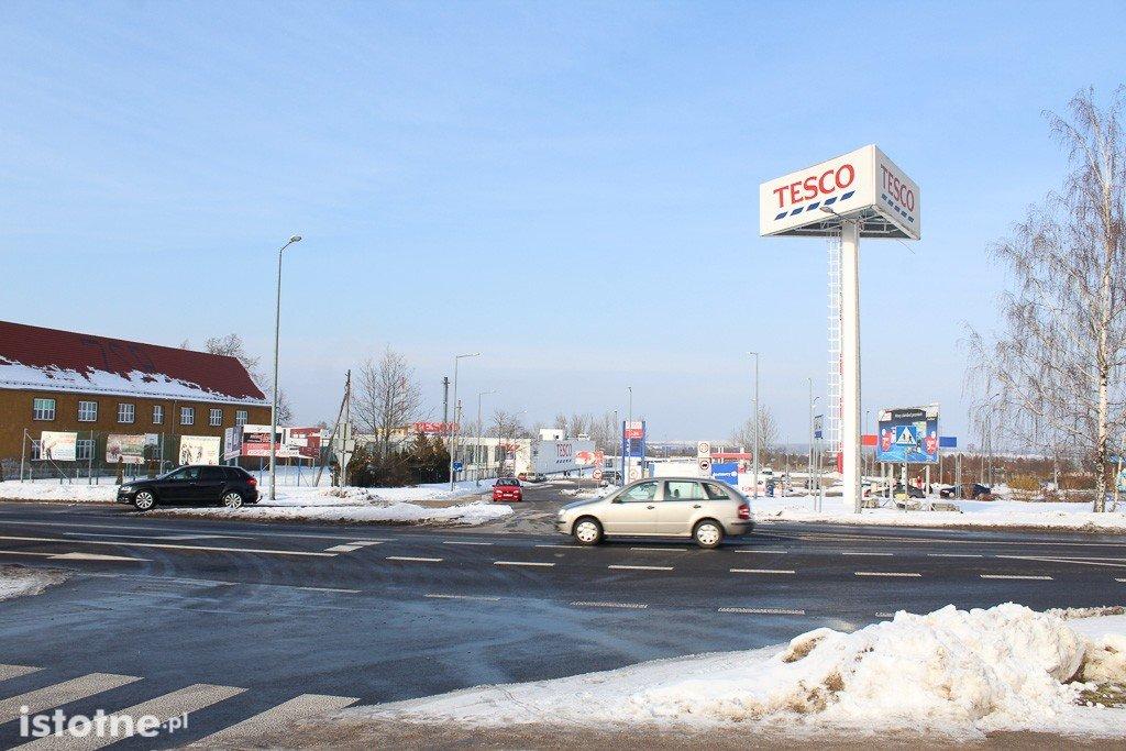 Skrzyżowanie – wyjazdy z Tesco i stacji Orlen na al. Tysiąclecia