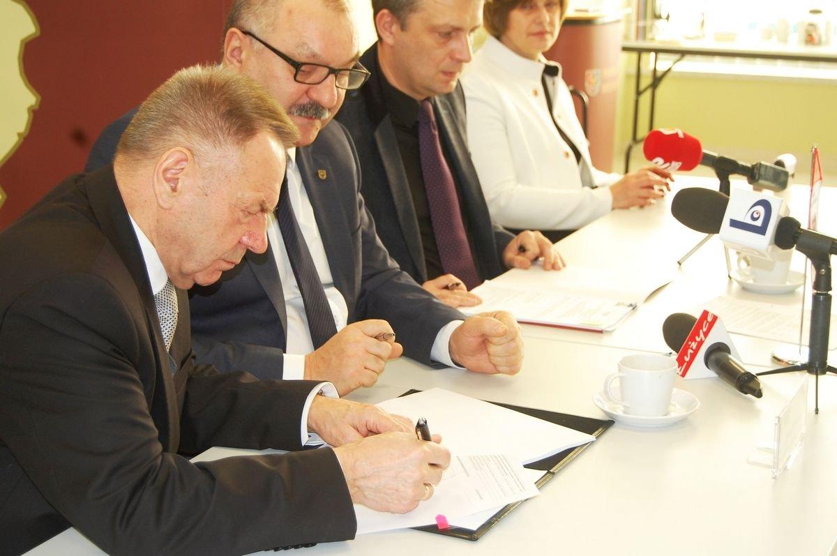 Podpisanie umowy na remont drogi