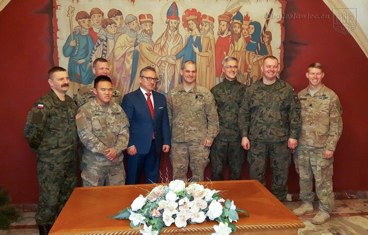 Polscy i amerykańscy żołnierze na spotkaniu z prezydentem Piotrem Romanem