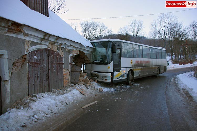 Autobus PKS Bolesławiec zderzył się z budynkiem z-index: 0