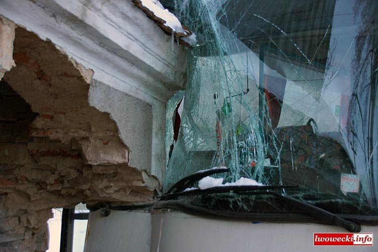 Autobus PKS Bolesławiec zderzył się z budynkiem