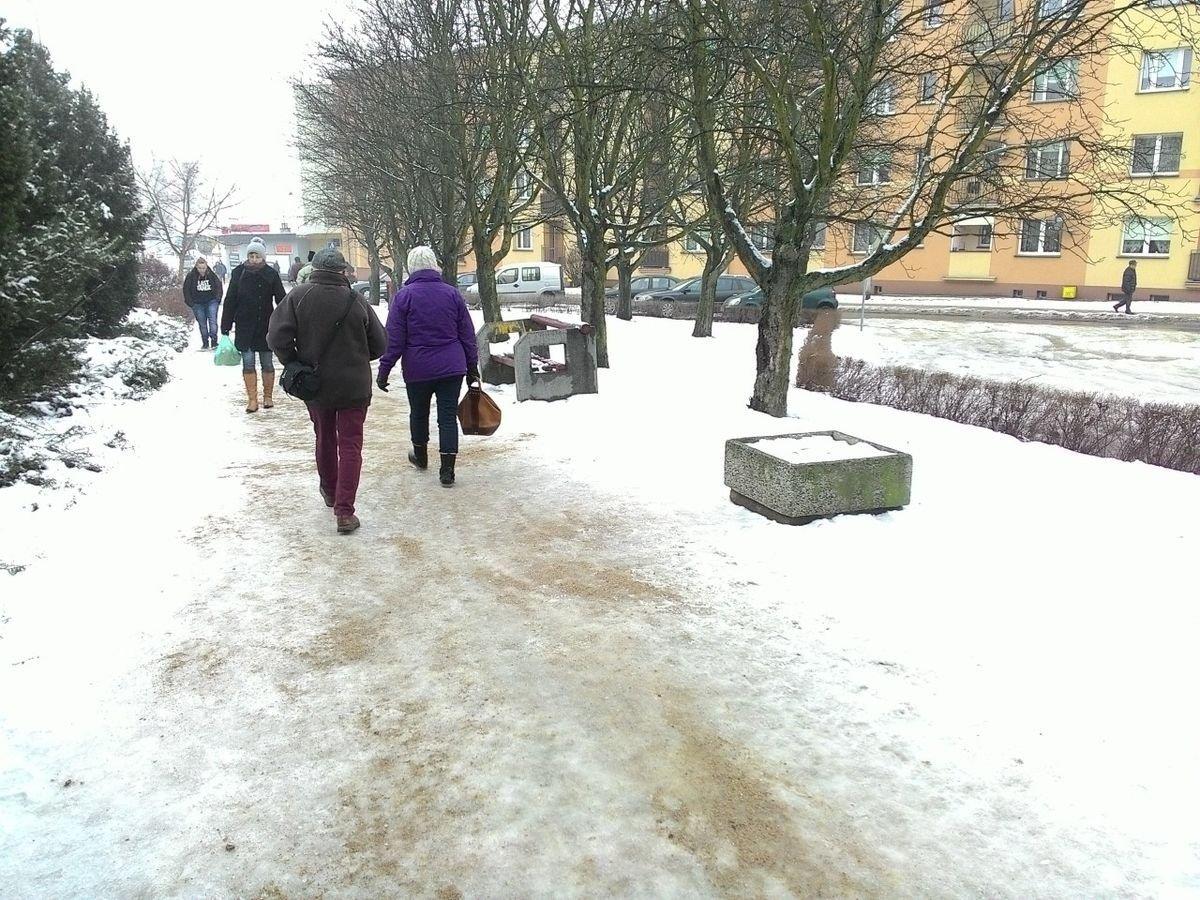 Posypany chodnik przy ul. Asnyka