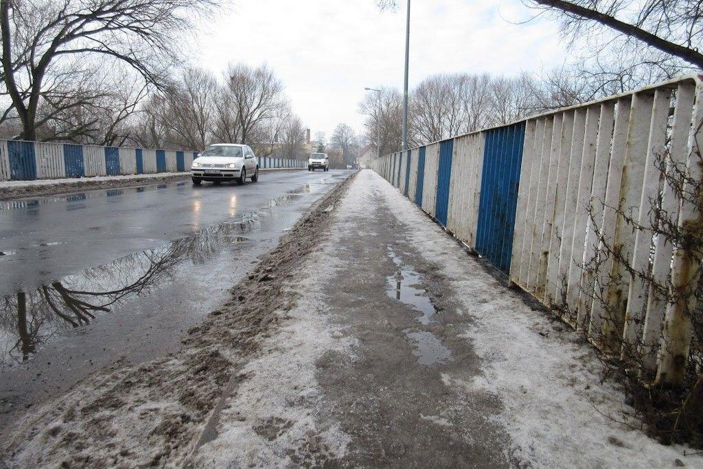 Oblodzony chodnik mostu przy ul. Mostowej