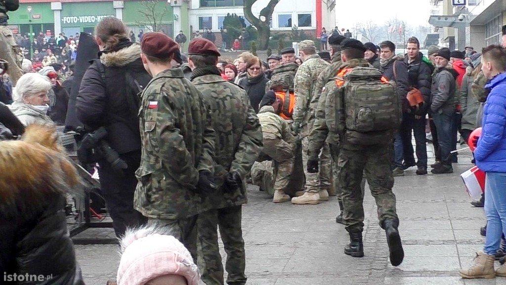 Jeden z żołnierzy, który zemdlał podczas strasznie długiej uroczystości