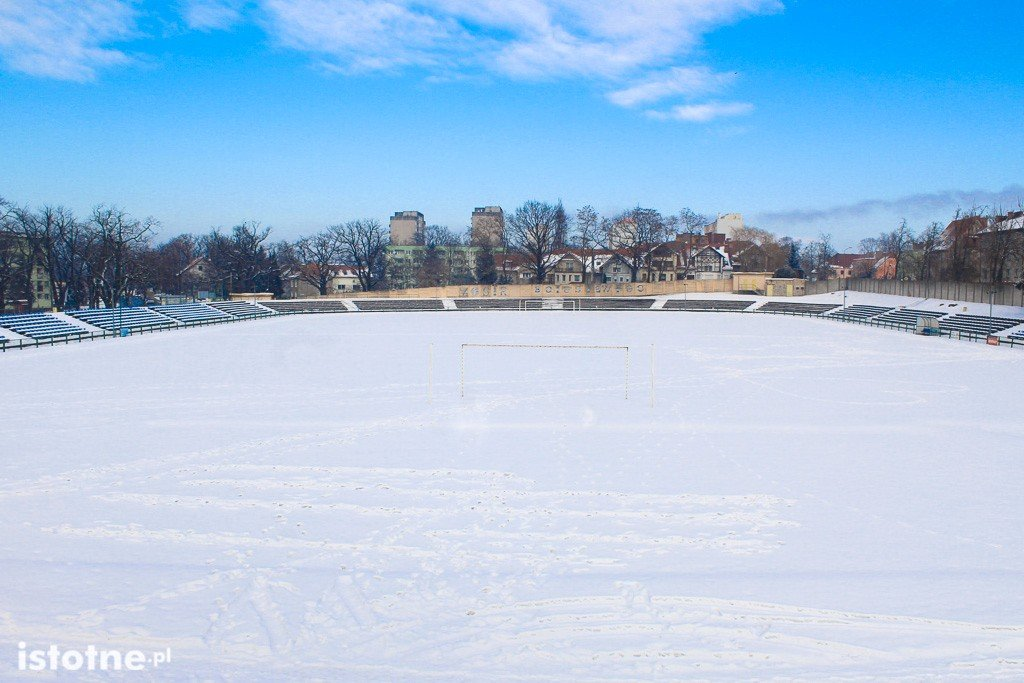 Stadion miejski w Bolesławcu zimą