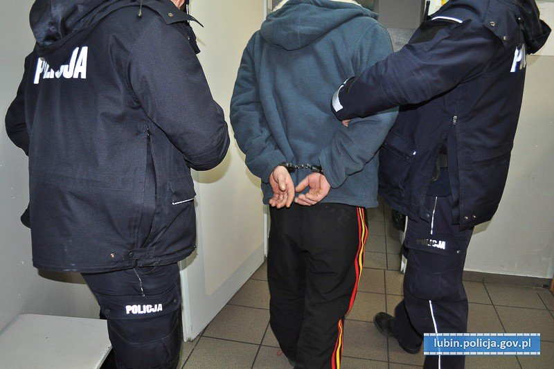 Bezczelny złodziej zabrał kluczyli i ukradł auto spod domu. Właściciel zauważył tylko jego plecy