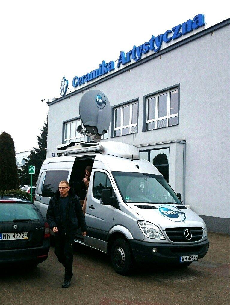 Wóz transmisyjny TVN24 pod siedzibą Ceramiki Artystycznej