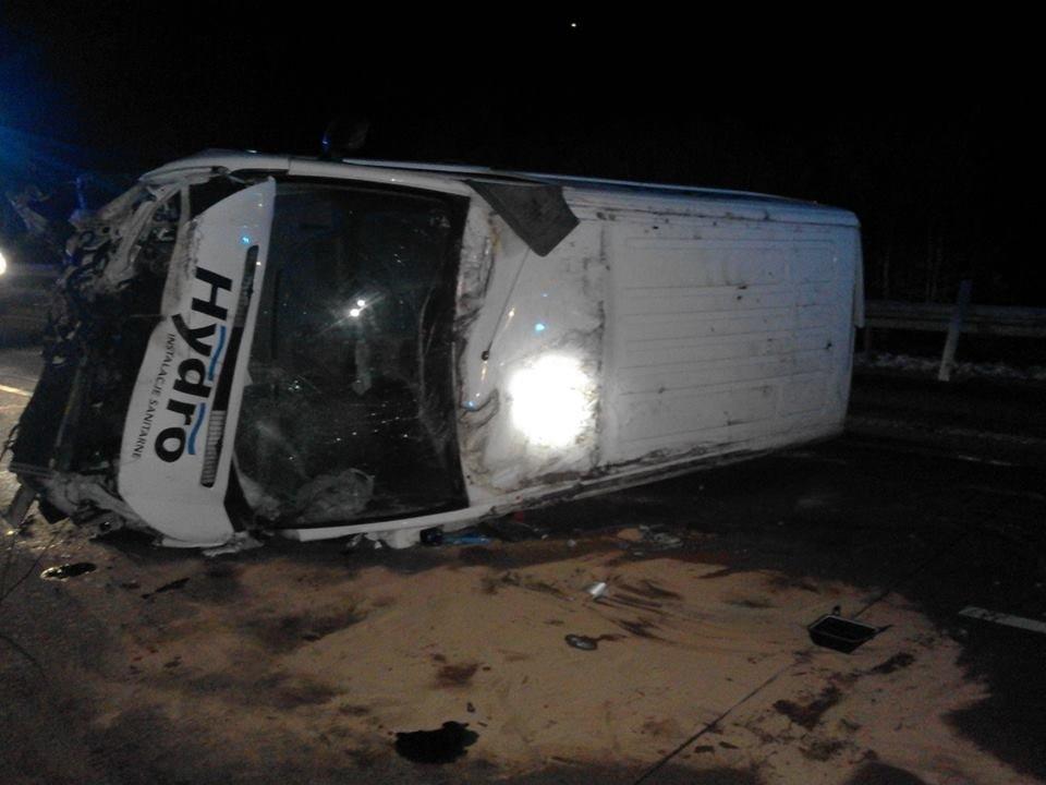Auto dostawcze dachowało na A4 – 1 osoba poszkodowana