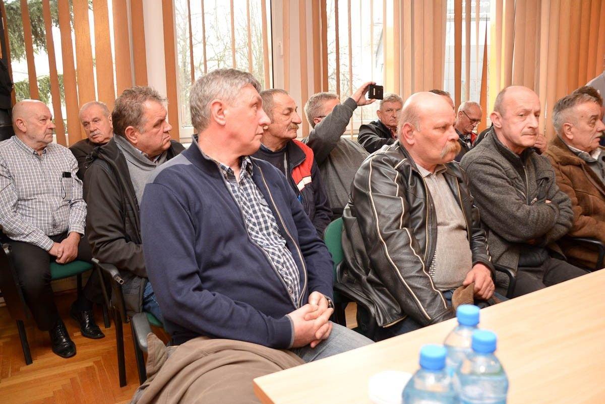 Protest związkowców z PKS-u na sesji Rady Powiatu