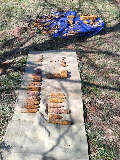 Ponad 20 pocisków artyleryjskich z II wojny światowej w strumyku