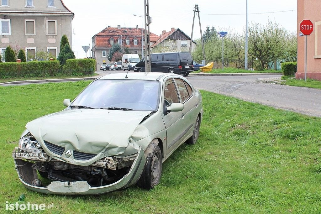 Zderzenie Mazdy z Renault w Kruszynie – jedna osoba ranna