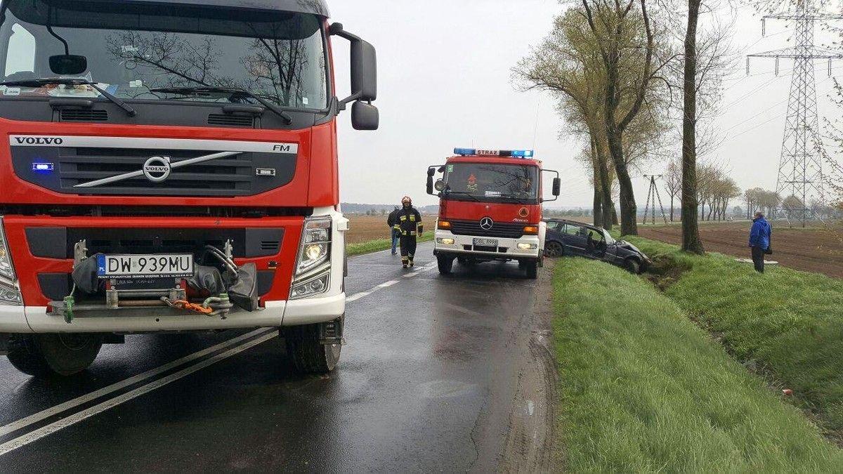 BMW wypadło z drogi koło Warty Bolesławieckiej