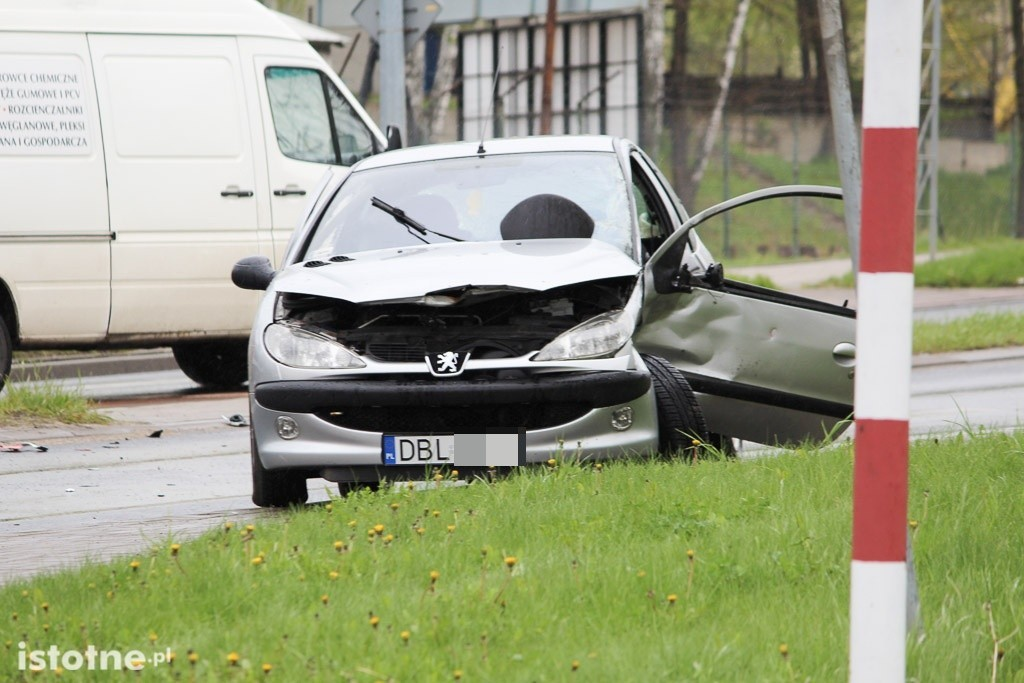 Zderzenie Peugeota z lawetą na skrzyżowaniu Cieszkowskiego-Modłowa