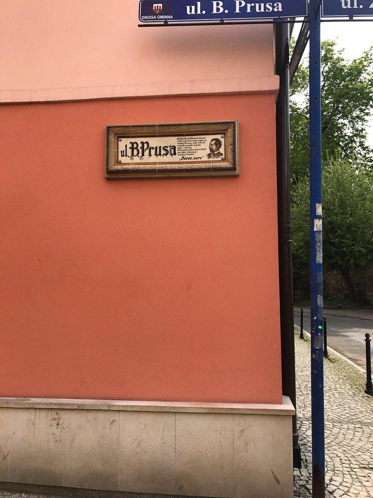 Ceramiczne szyldy z nazwą ulicy już na ulicy Prusa