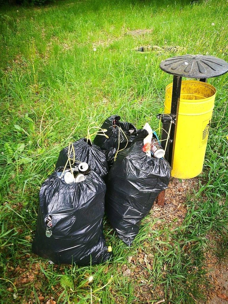 Harcerze posprzątali syf w lesie przy Jeleniogórskiej