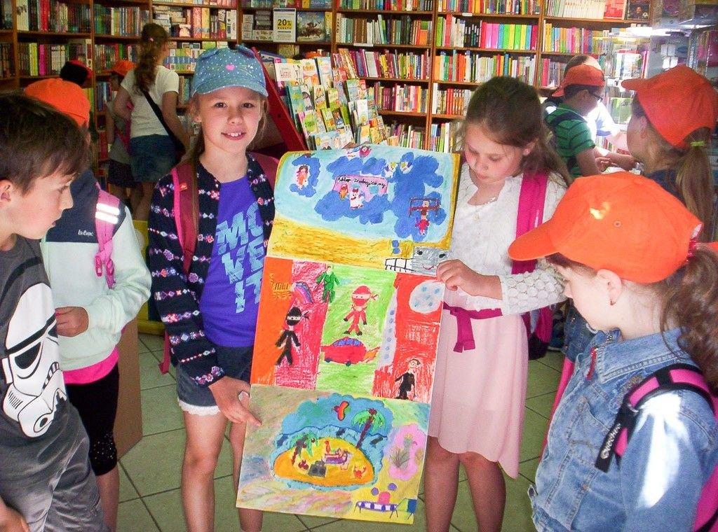"""Nieoczekiwany wernisaż rysunków do bajki """"Garbuska"""" w księgarni Agora"""
