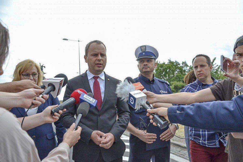 Wojewoda dolnośląski Paweł Hreniak w czasie konferencji prasowej