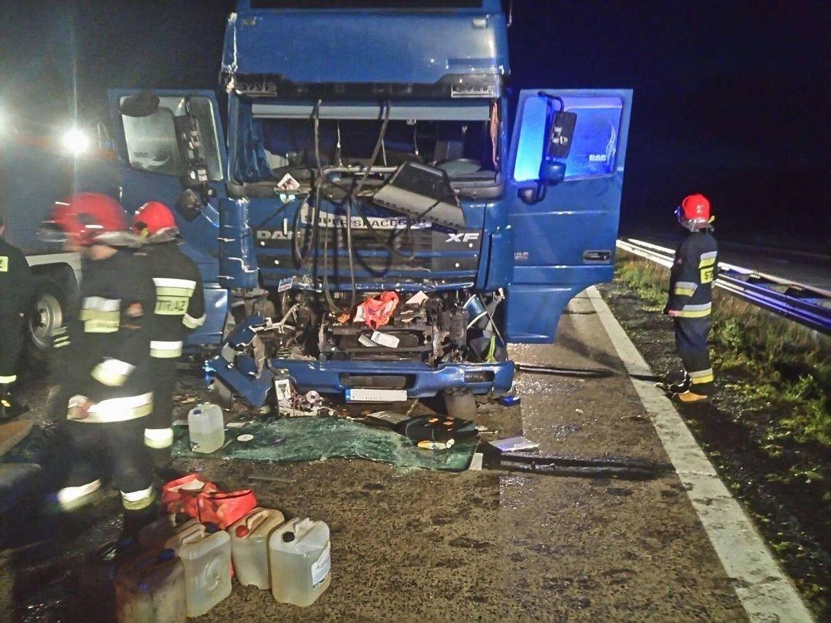 Ciężarówka najechała na naczepę – dwie osoby ranne